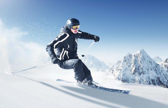 Sciatore che curva