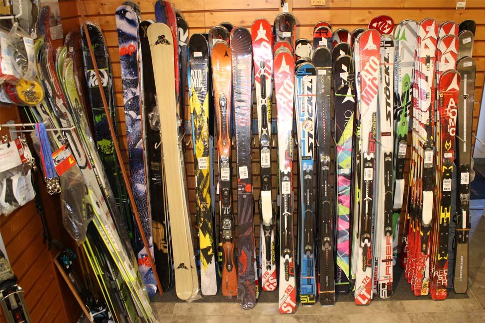 Esposizione di sci nel negozio Defox