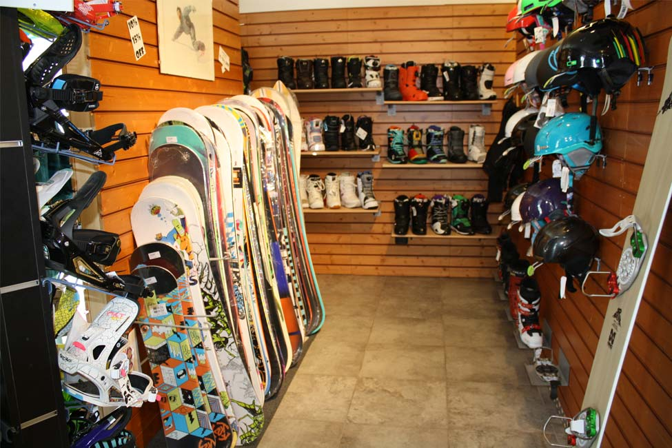 Esposizione di snowboard nel negozio Defox