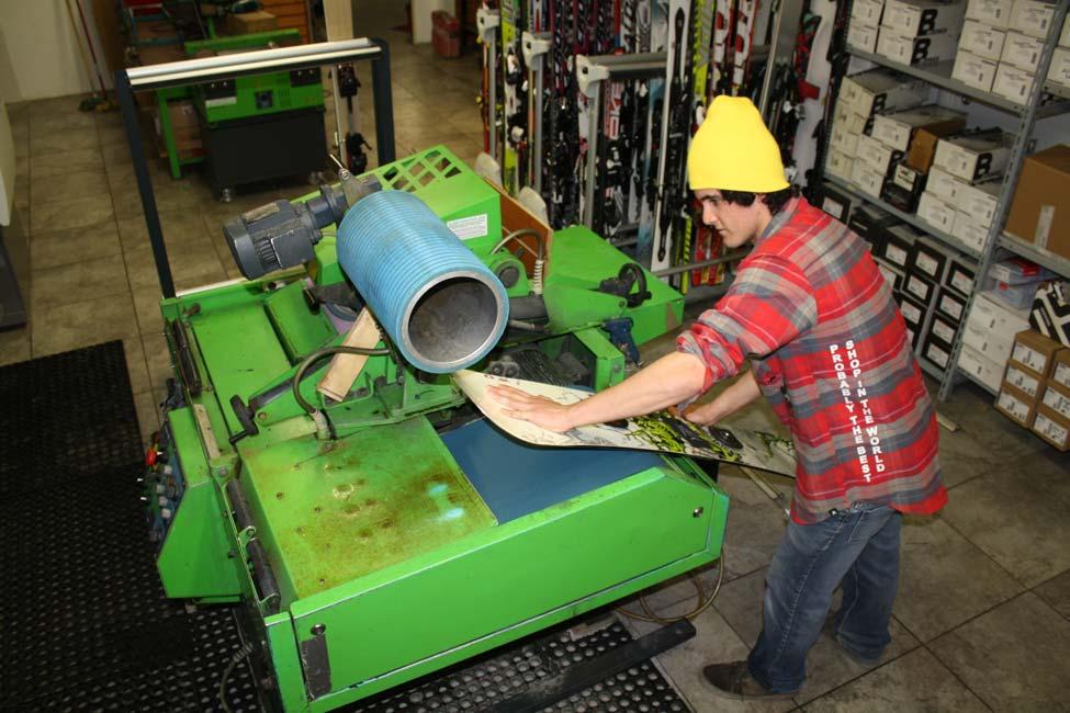 Tecnico dello skiservice Defox al lavoro