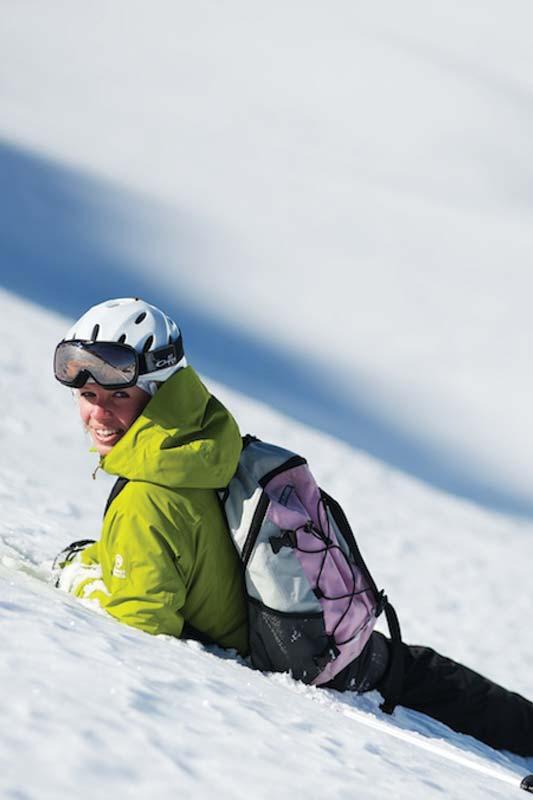 Ragazza sorridente sulla neve