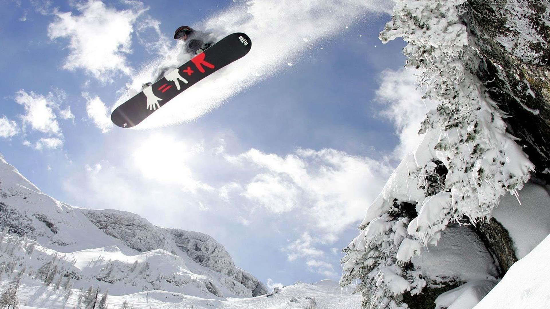 Snowboarder che sta saltando